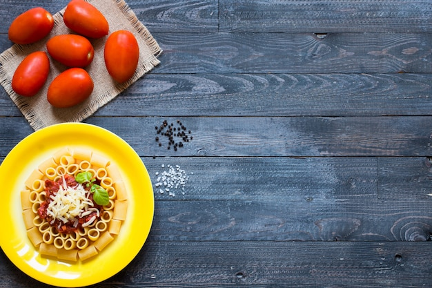 Widok z góry włoskiego makaronu rigatoni z sosem bolońskim Premium Zdjęcia