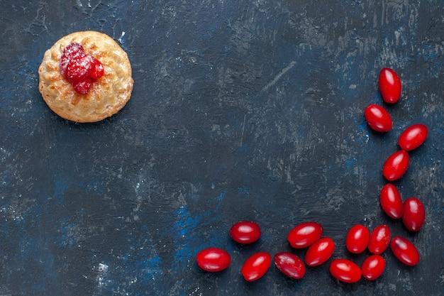 Widok Z Góry Z Bliska Pyszne Słodkie Ciasto Z Czerwonymi Dereniami Na Ciemnoszarym Tle Darmowe Zdjęcia