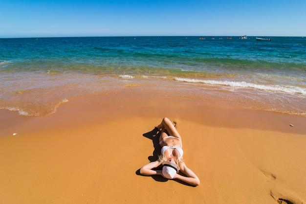 Widok Z Góry Z Lotu Ptaka Drone Kobiety W Bikini Strój Kąpielowy, Relaks I Opalanie Na Plaży Darmowe Zdjęcia