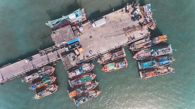 Widok Z Góry Z Nieba Grupy Drewnianej łodzi Rybackich. Premium Zdjęcia