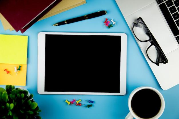 Widok z góry z pustym makieta tabletu na biurowej przestrzeni roboczej. Premium Zdjęcia