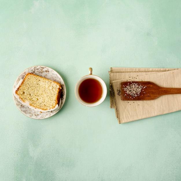 Widok z góry z tostem i filiżanką herbaty Darmowe Zdjęcia