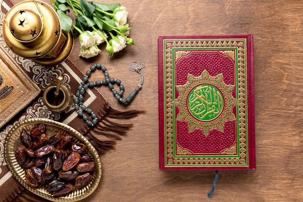 Widok Z Góry Zamknięty Koran Na Podłoże Drewniane Darmowe Zdjęcia