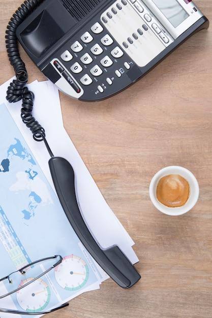 Widok Z Góry Zdjęcie Płasko Leżącego Biurka Z Okularami Do Kawy, Kawą I Papierem Premium Zdjęcia