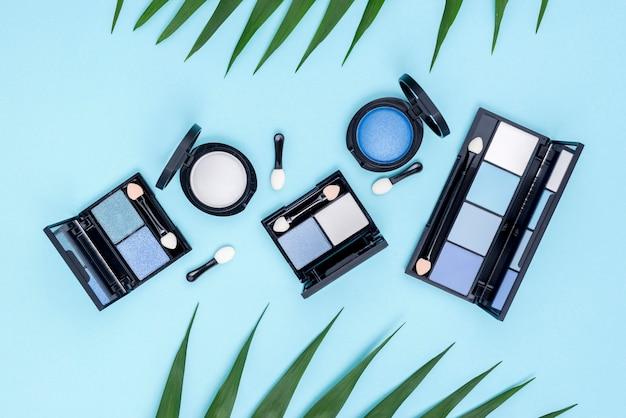Widok Z Góry Zestaw Produktów Kosmetycznych Na Niebieskim Tle Darmowe Zdjęcia