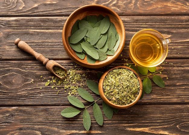 Widok Z Góry Zielone Liście I Filiżankę Herbaty Darmowe Zdjęcia