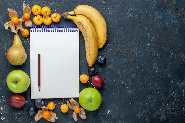 Widok Z Góry żółte Banany Ze świeżymi Zielonymi Jabłkami Gruszki śliwki Notes Ołówek I Czereśnie Na Ciemnoniebieskim Biurku Zdrowie Witamina Owoce Jagoda Darmowe Zdjęcia