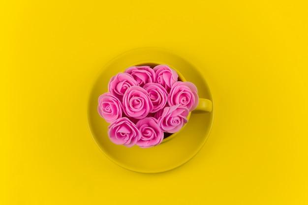 Widok Z Góry żółty Kubek Herbaty Pełen Różowych Kwiatów Na żółto Premium Zdjęcia