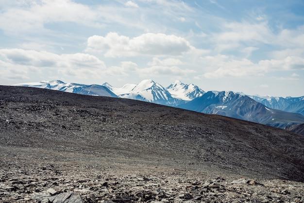 Widok Z Kamienistej Przełęczy Na Zaśnieżone Pasmo Górskie. Premium Zdjęcia