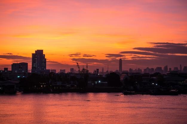 Widok Z Lotu Ptaka Bangkok Linia Horyzontu Wzdłuż Chaophraya Zmierzchu Rzecznego Zmierzchu Premium Zdjęcia
