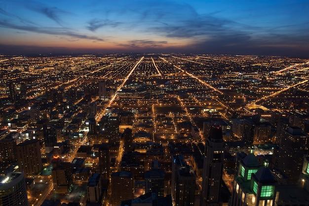 Widok Z Lotu Ptaka Centrum Chicago O Zmierzchu, Patrząc Na Zachód. Premium Zdjęcia