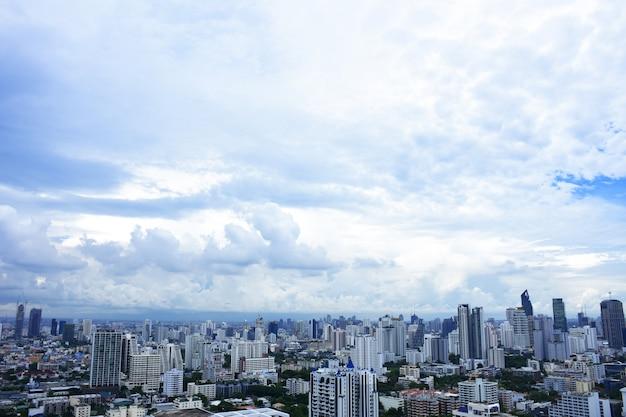 Widok Z Lotu Ptaka Dramatyczny / Niebieskie Niebo W Bangkok Premium Zdjęcia