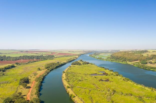 Widok Z Lotu Ptaka Drogi Wodnej W Rzece Tiete W Mieście Bariri W Stanie Sao Paulo - Brazylia Premium Zdjęcia