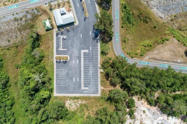 Widok z lotu ptaka drone strzał parkingu na zewnątrz pojazdów w parku Premium Zdjęcia