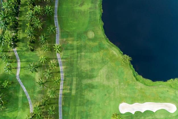 Widok z lotu ptaka drone strzał piękne pole golfowe wysoki kąt widzenia Premium Zdjęcia