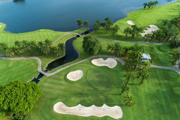 Widok z lotu ptaka drone strzał piękne pole golfowe Premium Zdjęcia