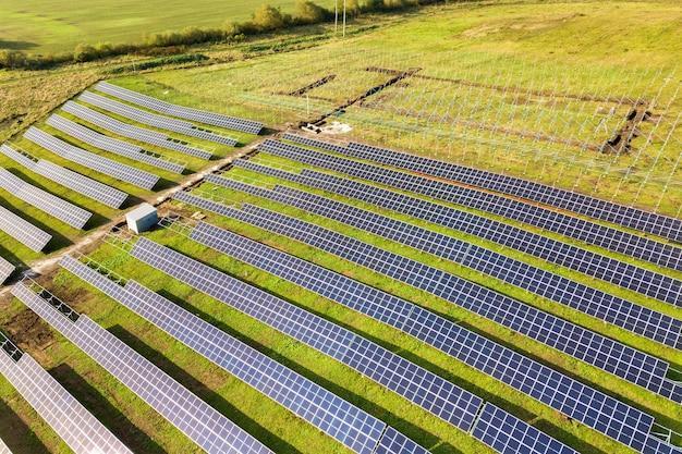 Widok Z Lotu Ptaka Elektrowni Słonecznej W Budowie Na Zielonym Polu. Montaż Paneli Elektrycznych Do Produkcji Czystej Energii Ekologicznej. Premium Zdjęcia
