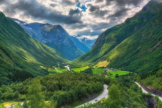 Widok Z Lotu Ptaka Górska Dolina W środkowej Części Norwegia. Premium Zdjęcia