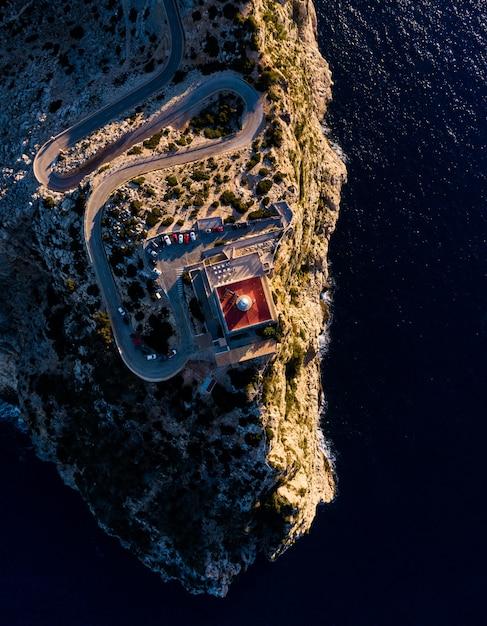 Widok Z Lotu Ptaka Klif Z Wieżą Na Szczycie Oceanu Darmowe Zdjęcia
