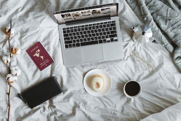 Widok z lotu ptaka komputerowy laptop na łóżku Premium Zdjęcia
