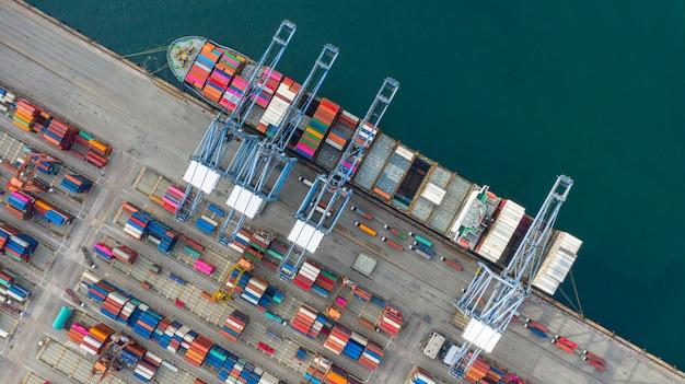 Widok z lotu ptaka kontenerowiec przewożący kontener w imporcie eksport firmy logistyczne i transport. Premium Zdjęcia