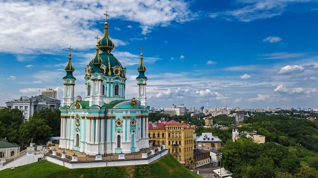 Widok Z Lotu Ptaka Kościoła świętego Andrzeja I Ulicy Andreevska W Kijowie Premium Zdjęcia