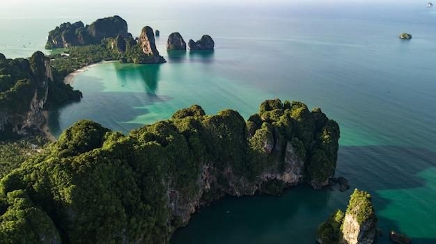 Widok Z Lotu Ptaka Krajobraz Góra I Plaża Lub Nadmorski W Krabi Tajlandia Premium Zdjęcia