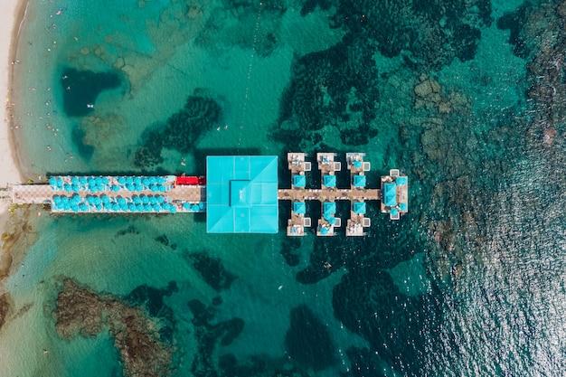 Widok Z Lotu Ptaka Kurort Przebija W Przejrzystej Wodzie Morskiej Ze Skałami Darmowe Zdjęcia