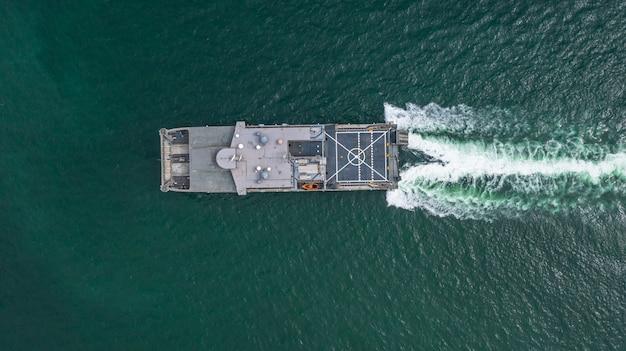 Widok Z Lotu Ptaka Marynarki Wojennej Wojskowy Statek Na Otwartym Morzu, Widok Z Lotu Ptaka Transport Ziemno-wodny. Premium Zdjęcia