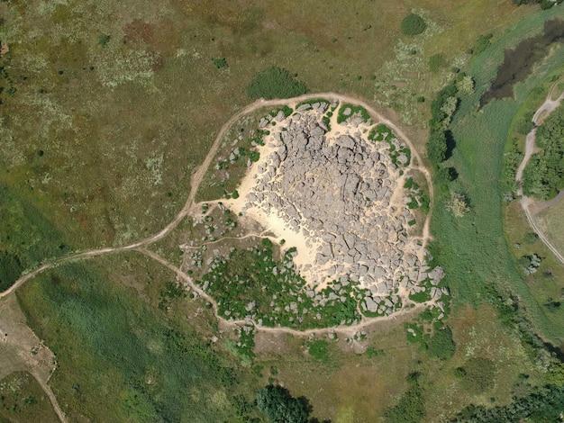 Widok Z Lotu Ptaka Na Duże Kamienie O Nazwie Kamyana Mohyla, Melitopol Ukraina Premium Zdjęcia