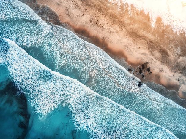 Widok Z Lotu Ptaka Na Fale, Skały I Przejrzyste Morze Premium Zdjęcia