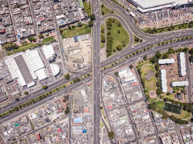 Widok Z Lotu Ptaka Na Krajobraz Miasta Z Dużą Ilością Autostrad, Budynków I Transportu Darmowe Zdjęcia