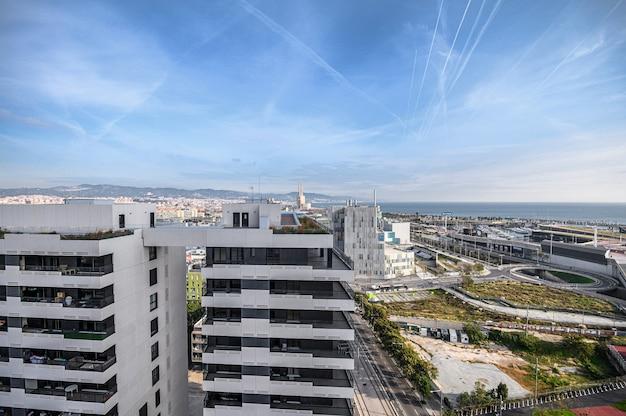 Widok Z Lotu Ptaka Na Miasto W Okolicy Di Di Mar I El Front Martim Del Poblenou I Port. 03.01.2020 Barcelona, Hiszpania Premium Zdjęcia
