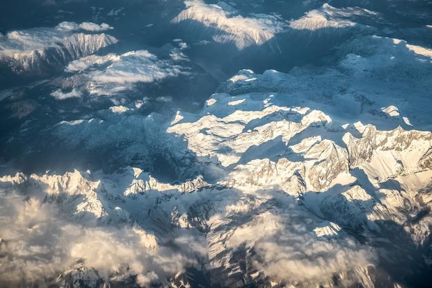 Widok Z Lotu Ptaka Na Ośnieżone Alpy Premium Zdjęcia