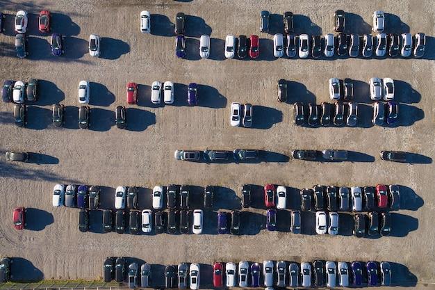 Widok z lotu ptaka na parking z wieloma samochodami Premium Zdjęcia