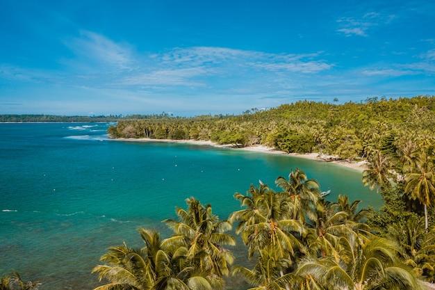 Widok Z Lotu Ptaka Na Piękną Tropikalną Plażę Z Białym Piaskiem I Turkusową Czystą Wodą W Indonezji Darmowe Zdjęcia