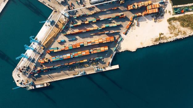 Widok z lotu ptaka na port dla importu i eksportu oraz logistyki Premium Zdjęcia