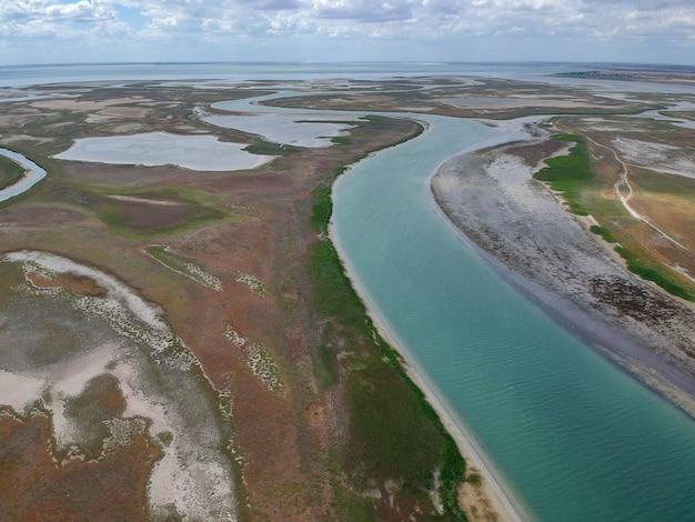 Widok Z Lotu Ptaka Na Rzekę Wpadającą Do Morza Premium Zdjęcia