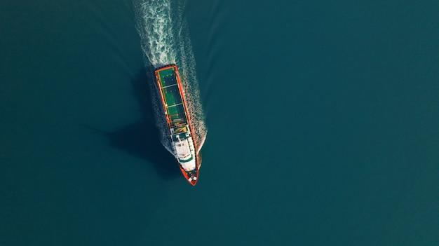 Widok z lotu ptaka na statek towarowy dla eksportu, wysyłki lub transportu logistyki importu Premium Zdjęcia