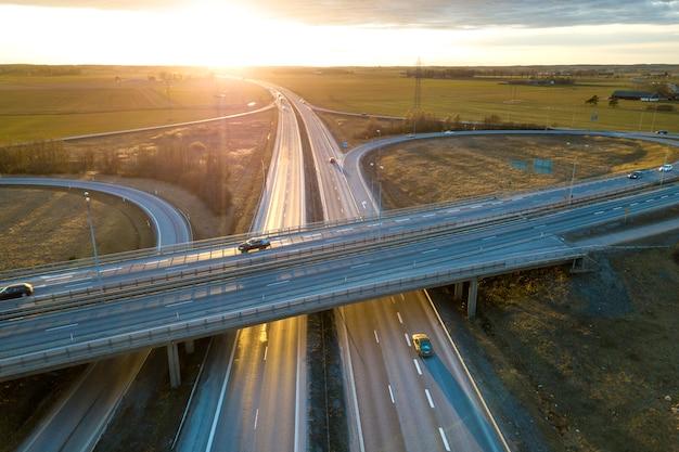 Widok z lotu ptaka nowoczesny skrzyżowanie drogi autostrady Premium Zdjęcia