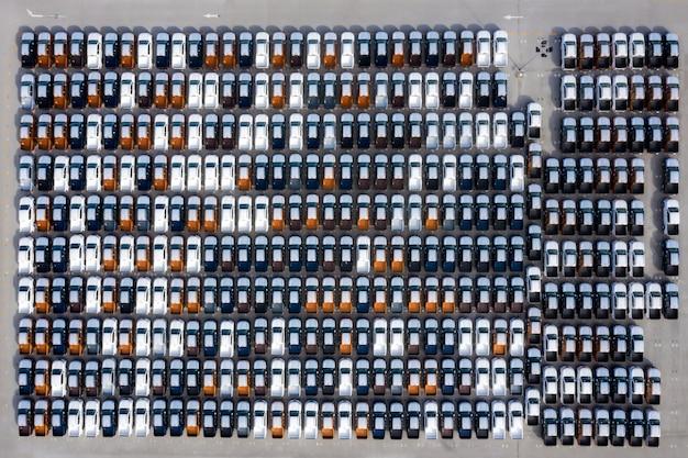 Widok z lotu ptaka nowych samochodów z fabryki samochodów zaparkowanych w porcie Premium Zdjęcia
