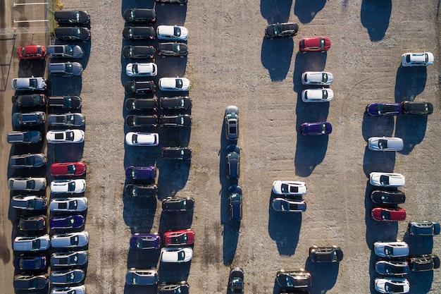 Widok z lotu ptaka parking z wieloma samochodami w rzędach. rosja, 2106 Premium Zdjęcia