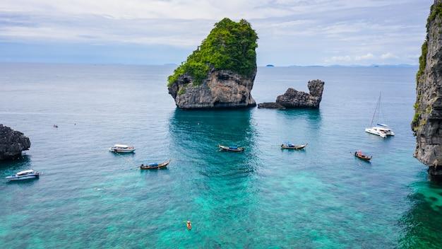 Widok Z Lotu Ptaka Phi Phi Wyspy Sezonu Lata Letniego Turysty Tajlandzki I Obcy Czynsz Długi Ogon łodzi Snorkel Pod Morzem Premium Zdjęcia