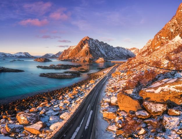 Widok Z Lotu Ptaka Piękna Halna Droga Blisko Morza, Góry, Purpurowy Niebo Przy Zmierzchem Premium Zdjęcia