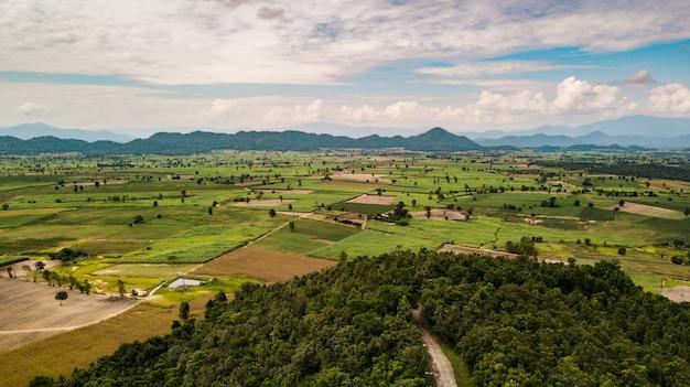 Widok Z Lotu Ptaka Pola I Góry O Zachodzie Słońca Premium Zdjęcia