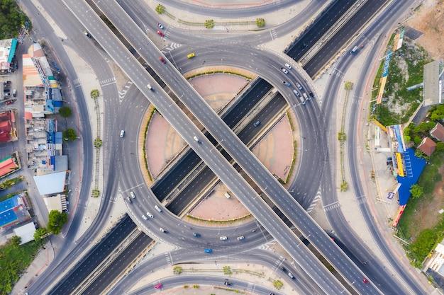 Widok Z Lotu Ptaka Powyżej Ruchliwych Skrzyżowań Autostrad W Dzień. Wiadukt Przecinający Się Z Autostradą Wschodnia Zewnętrzna Obwodnica Bangkoku. Premium Zdjęcia