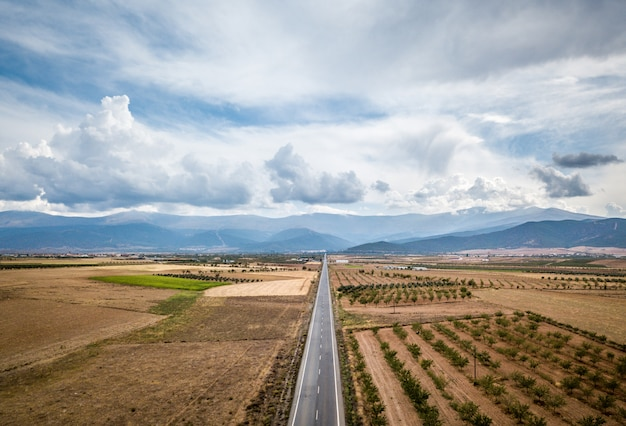 Widok Z Lotu Ptaka Prosto Smołowanej Drogi Przez Guadix, Granada. W Tle Sierra Nevada Premium Zdjęcia