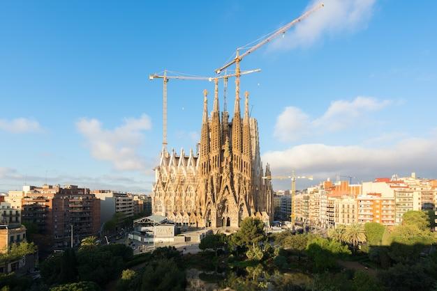 Widok z lotu ptaka sagrada familia, duży kościół rzymsko-katolicki w barcelona, hiszpania. Premium Zdjęcia