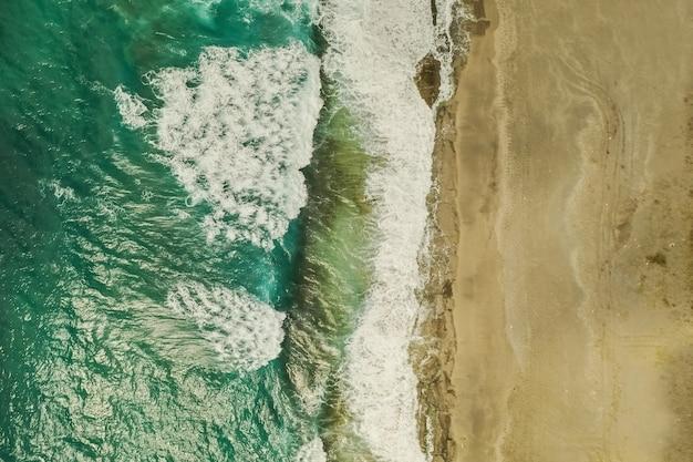 Widok Z Lotu Ptaka Spotyka Fale Morskie I Wodę Darmowe Zdjęcia