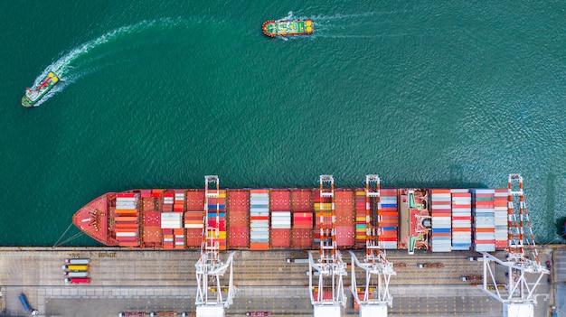 Widok z lotu ptaka terminalu statku towarowego, rozładunku dźwigu terminalu statku towarowego. Premium Zdjęcia
